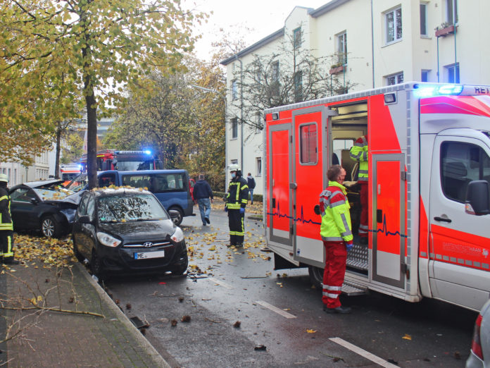 Zur Dauer der Unfallaufnahme musste die Polizei die Dieker Straße im Bereich der Unfallstelle sperren. Foto: Polizei Mettmann