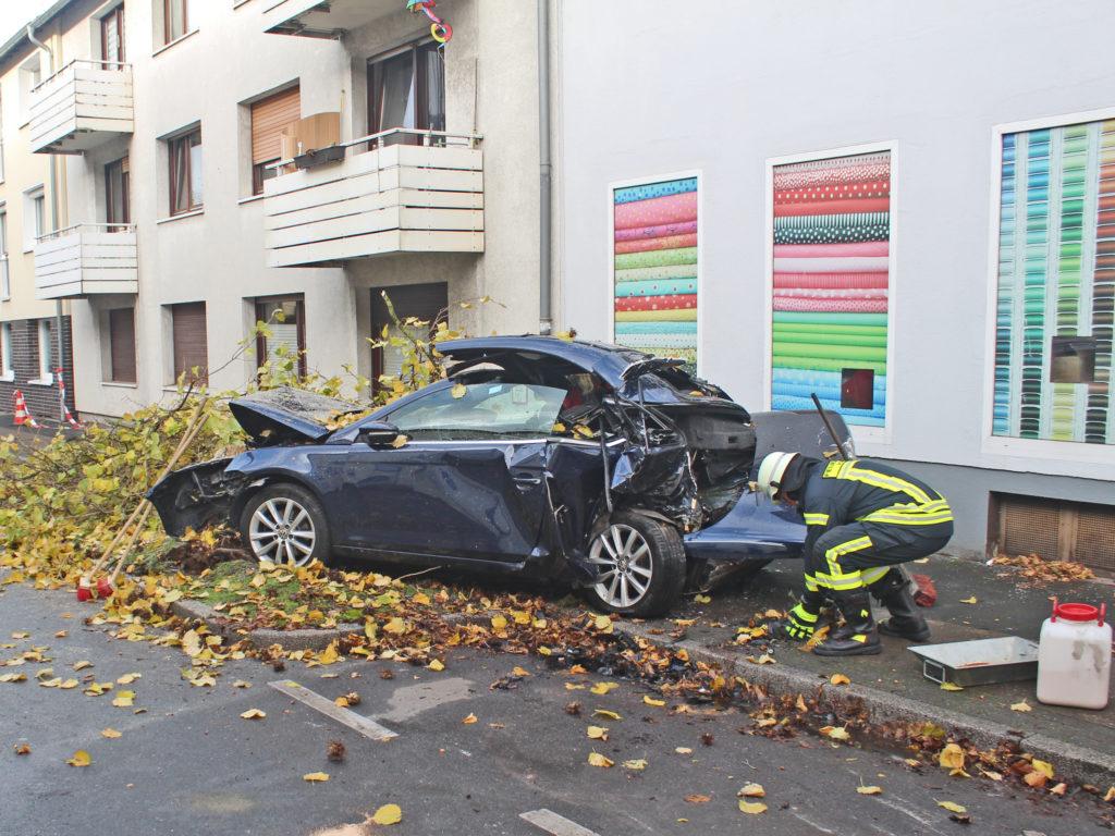 Der VW Eos wurde bei dem Unfall erheblich beschädigt und musste im Anschluss abgeschleppt werden. Foto: Polizei Mettmann