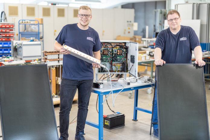 Christian Dors und Markus Rawiel von der REO AG aus Solingen entwickelten einen innovativen Solarladeregler. Foto: REO AG