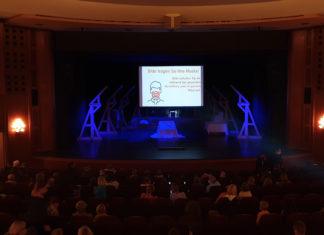 """Im Teo Otto Theater in Remscheid: """"Bitte tragen Sie Ihre Maske! Bitte behalten Sie sie während der gesamten Vorstellung und im ganzen Haus auf."""" Foto: Sascha von Gerishem"""