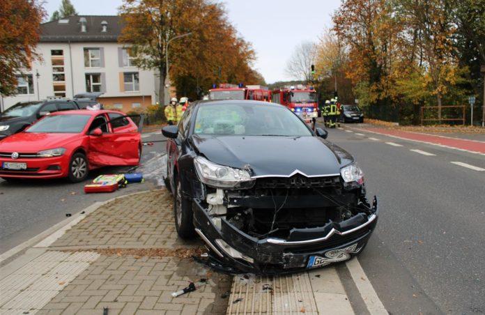Drei Verletzte und ein hoher Sachschaden entstanden bei diesem Verkehrsunfall in Odenthal. Foto: Polizei RheinBerg