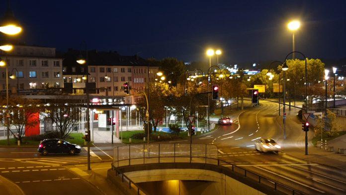Abendlicher Blick auf die Bushaltestelle am Hauptbahnhof Remscheid. Foto: Sascha von Gerishem
