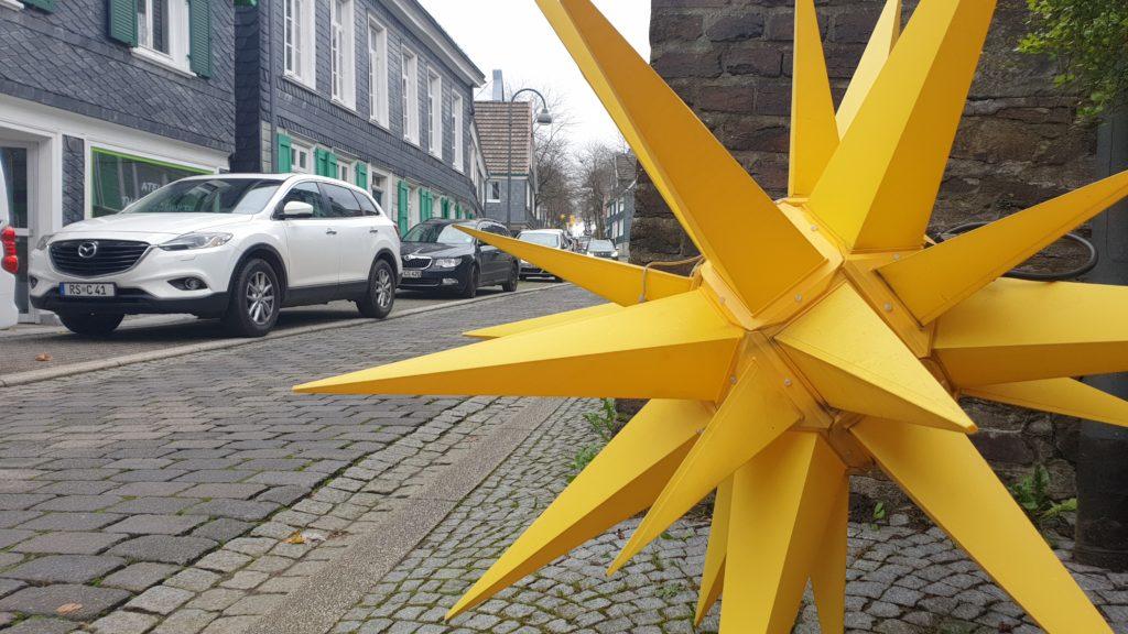 Die Herrnhuter Sterne werden wieder in der Altstadt von Lüttringhausen aufgehängt. Foto: Sascha von Gerishem
