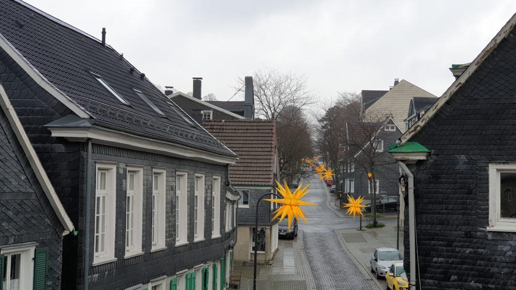 Leuchten nur zu Testzwecken: Die Herrnhuter Sterne in der Lütterkuser Altstadt. Foto: Sascha von Gerishem