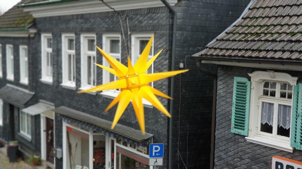 Geben der Lütterkuser Altstadt im Advent das typische Gesicht: Herrnhuter Sterne. Foto: Sascha von Gerishem