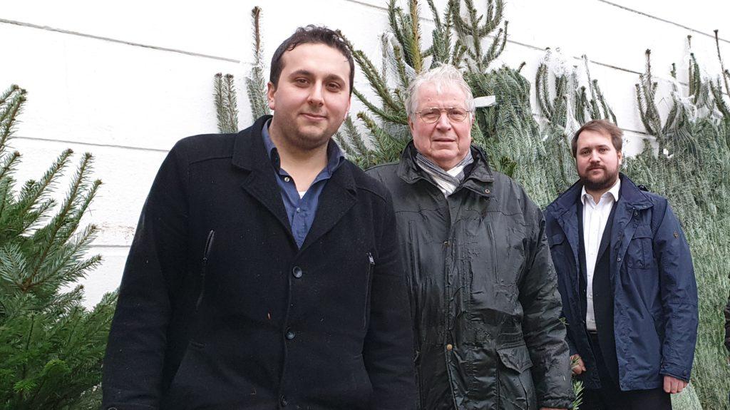 Burhan Türken, Peter Edmund Uibel und Sebastian Thiel waren schon 2019 beim Weihnachtsbaumverlauf der SPD fleißig. Foto: Sascha von Gerishem