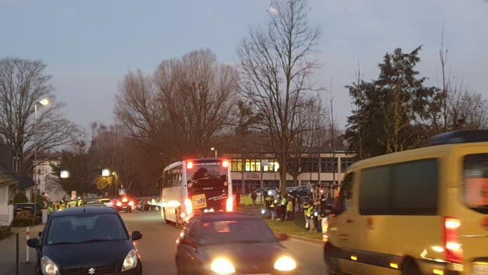 Morgendlicher Stoßverkehr am Schulzentrum Klausen in Remscheid-Lüttringhausen. Foto: Sascha von Gerishem