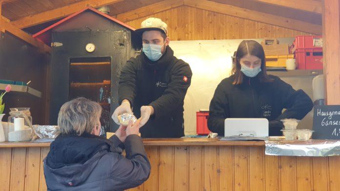 Ein Lachsbrötchen von Kromberg gehört zu jedem Lüttringhauser Weihnachtsmarkt dazu. Foto: Sascha von Gerishem