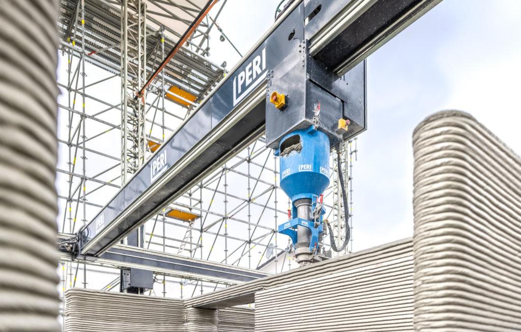 PERI 3D-Betondruck: Der Druckkopf bewegt sich über drei Achsen und kann sich in seinem Rahmen an jede Position innerhalb der Konstruktion bewegen. Foto: obs/PERI GmbH