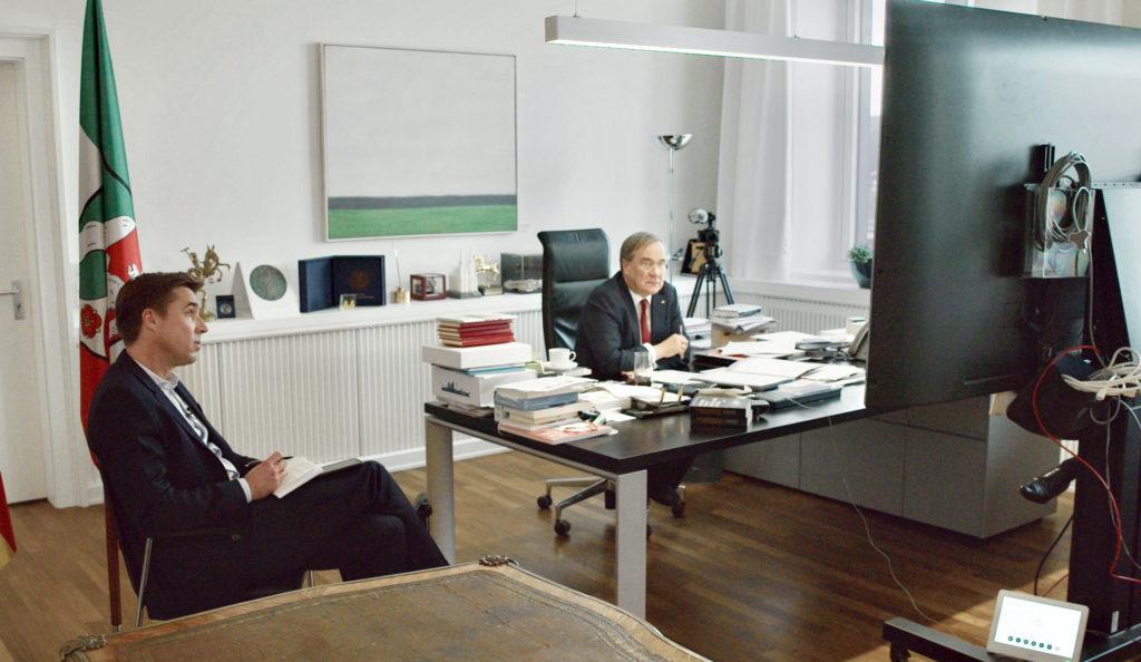 """WDR Fernsehen KONFRONTATION , """"Markus Feldenkirchen trifft Armin Laschet"""", am Donnerstag (26.11.20) um 20:15 Uhr. Journalist Markus Feldenkirchen (li.) hat NRW-Ministerpräsident Armin Laschet in den vergangenen Wochen im September und Oktober 2020 begleitet. Hier in einer Videokonferenz zur Corona-Lage in der Staatskanzlei Düsseldorf am 12.10.2020. © WDR/Beckground TV"""