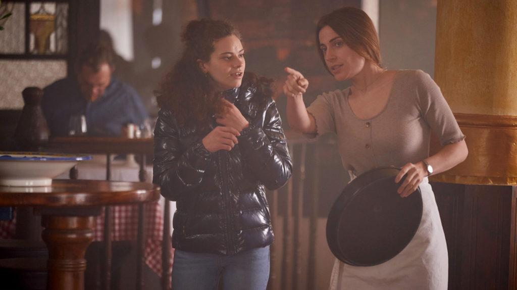Tatort - In der Familie: Juliane Modica (Antje Traue, rechts) führt mit ihrem Mann eine Pizzeria in Dortmund. Ihre 17-jährige Tochter Sofia (Emma Preisendanz, links) hilft nach der Schule aus. Foto: WDR/Frank Dicks