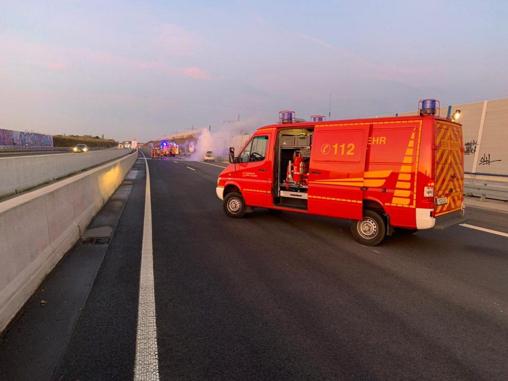 Der BMW brannte bei Eintreffen der Feuerwehr bereits in voller Ausdehnung. Foto: Feuerwehr Velbert
