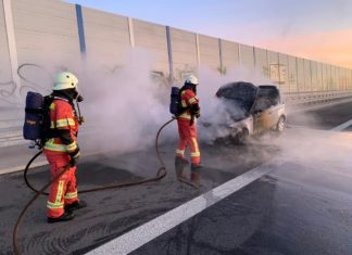 Die Flammen waren mit einem S-Rohr schnell unter Kontrolle gebracht. Foto: Feuerwehr Velbert