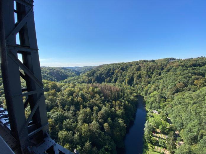 Der Ausblick von der Müngstener Brücke ist ein Traum von Blick aufs Bergische Land. Foto: Dirk Herrmann