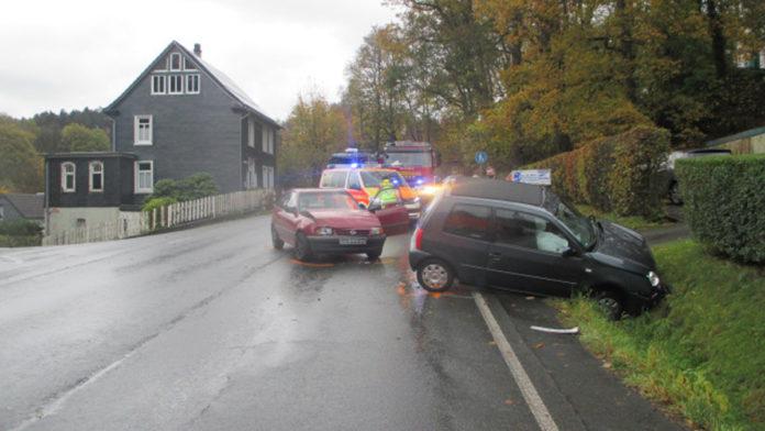 Zwei Remscheider verunfallen in der Einmündung Preyersmühle in Wermelskirchen. Foto: Polizei RheinBerg