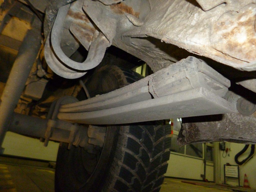 Unter den 64 Mängeln waren: eine verstärkte Federung, damit der schwer beladene Wagen nicht so tief hängt. Foto: Polizei MK