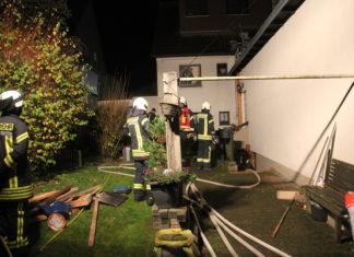 Feuwehrleute beim Einsatz in der Siedlung Röttgen. Foto: Feuerwehr Mettmann