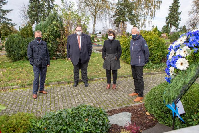 Oberbürgermeister Burkhard Mast-Weisz, Stadtdirektor Sven Wiertz, Ulla Wilberg und Jürgen Heuser (v.l.). Foto: Thomas E. Wunsch