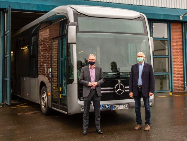 Dr. Thomas Hoffmann und Peter Anton Seitz vor dem E-Bus. Foto: Stadtwerke Remscheid