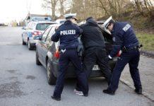 Festnahme am Auto. Symbolfoto: Polizei