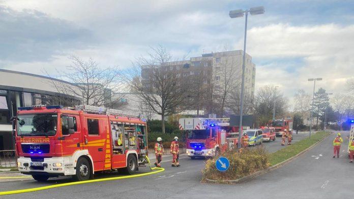 Erst am Vortag war das Wohnhaus im Hintergrund Ziel eines Großeinsatzes, Sonntag rückte die Feuerwehr Velbert mit einem Großaufgebot zum Klinikum Niederberg aus. Foto: Feuerwehr Velbert