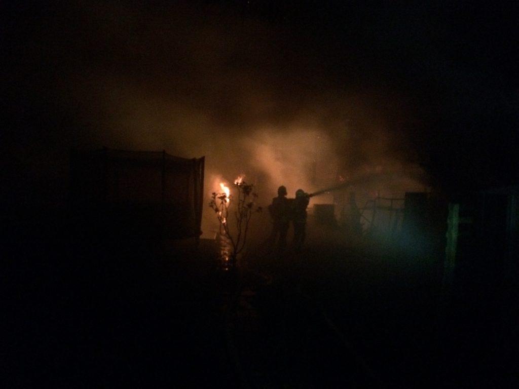 Massiver Personaleinsatz der Feuerwehr Hattingen bei dem Brand von Gartenlauben. Foto: Jens Herkströter