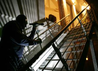 Einbrecher bei der Arbeit. Symbolfoto: Polizei