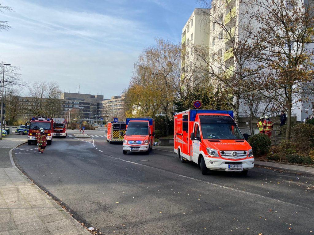 Die Einsatzstelle lag in unmittelbarer Nähe des Klinikum Niederberg (im Hintergrund). Foto: Feuerwehr Velbert