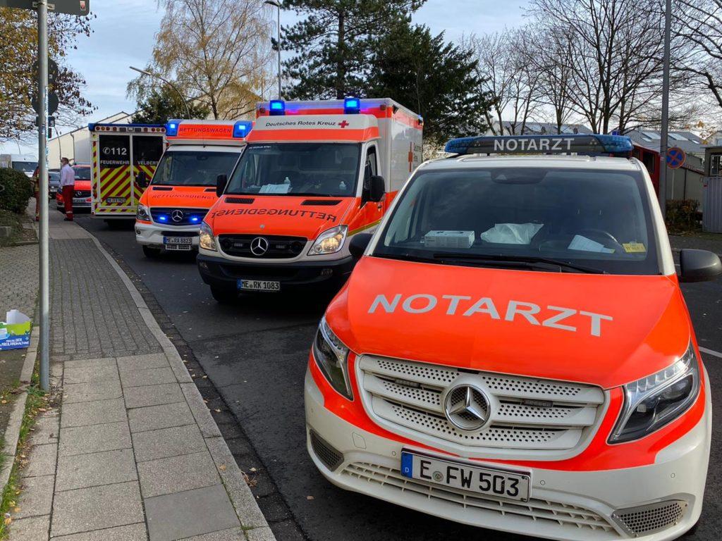 Rettungsdiensteinheiten aus mehreren Städten des Kreises und aus Essen unterstützten die Velberter Kollegen. Foto: Feuerwehr Velbert