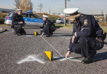 Die Polizei bei der Unfallaufnahme. Foto: Polizei