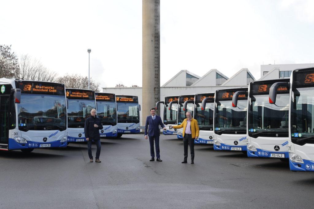 Symbolische Schlüsselübergabe vor den neuen mild-hybriden Linienbussen: Peter A. Seitz, Alexander Kols und Prof. Dr. Thomas Hoffmann (v.l.). Foto: Stadtwerke Remscheid