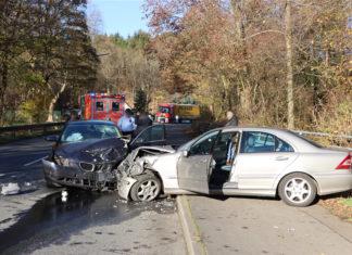 Bei dem Frontalzusammenstoß in Bergneustadt wurden zwei Personen schwer und eine Person leicht verletzt. Foto: Polizei Oberberg