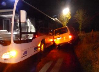 Beim Versuch an dem Linienbus vorbeizufahren, kippt der Transporter auf der steilen Böschung gegen den Bus. Foto: Polizei Oberberg