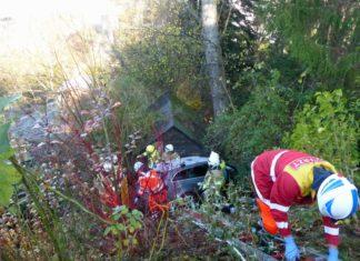 Rettungskräfte mussten den Senioren aus Reichshof aus seinem verunfallten Fahrzeug befreien. Foto: Polizei Oberberg