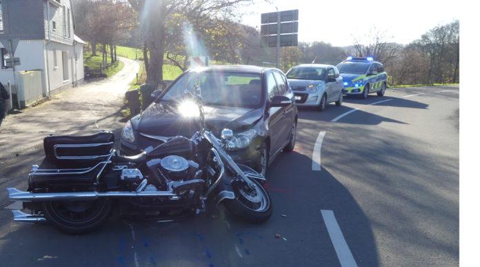 Motorradunfall in Wipperfürth: Der Harleyfahrer ist in den Gegenverkehr geraten und dort frontal mit dem Hyundai kollidiert. Foto: Polizei Oberberg