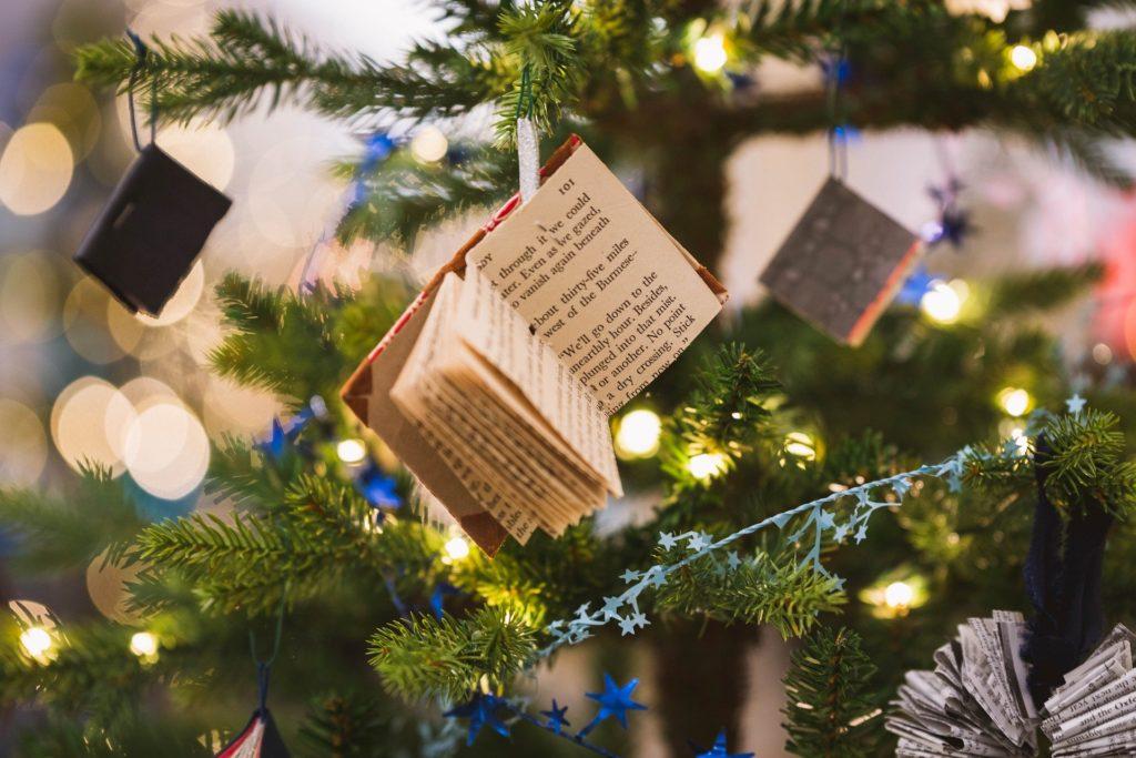 Auch selbst gebastelt: Minibücher für den Weihnachtsbaum aus alten Büchern.