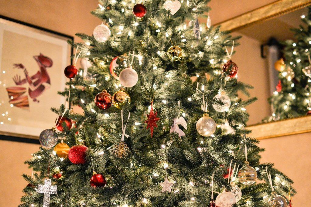 Bio-Weihnachtsbaum, klassisch geschmückt.