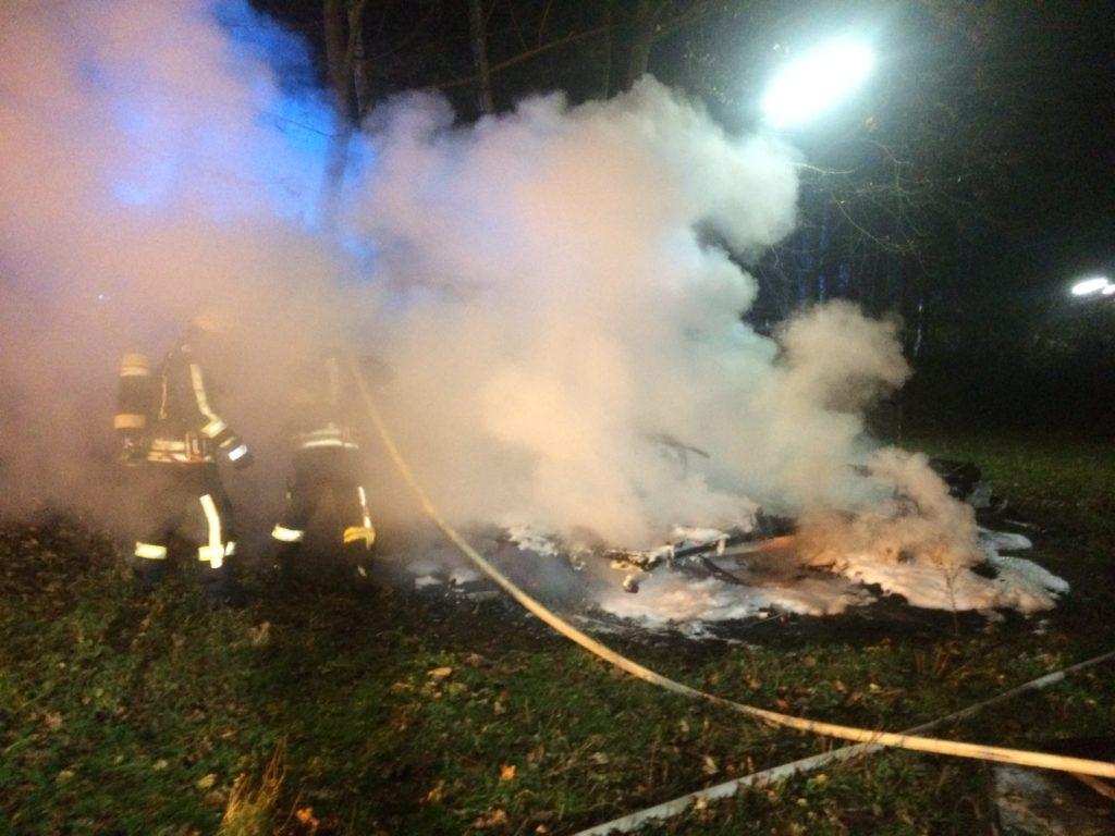 Auf dem Campingplatz an der Tippelstraße in Hattingen brannte ein Wohnwagen vollständig nieder. Foto: Jens Herkströter