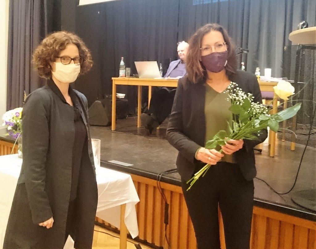 Superintendentin Antje Menn gratulierte ihrer neu gewählten Stellvertreterin im Amt Annette Cersovsky. Foto: Kirchenkreis/Volk