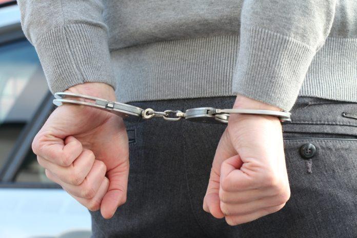 Polizei im Einsatz: Festnahme mit Handschellen.