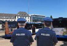 Die Polizei kontrolliert, ob die Coronaschutzverordnung eingehalten wird. Artwork: Sascha von Gerishem