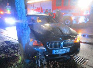 Kein Führerschein und Handy am Steuer, so steuerte der alkoholisierte Fahrer den BMW vor einen Baum. Foto: Polizei RheinBerg