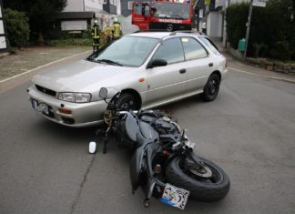 Unfall: Zusammenstoß zwischen einem Pkw und einem Motorrad auf der Altenberger Straße in Dabringhausen. Foto: Polizei RheinBerg