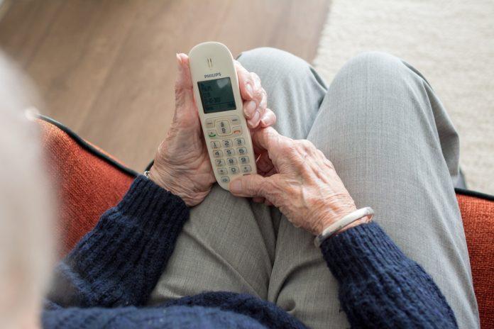 Die Polizei warnt: Trickbetrüger versuchen oft Senioren am Telefon zu überrumpeln. Symbolfoto.
