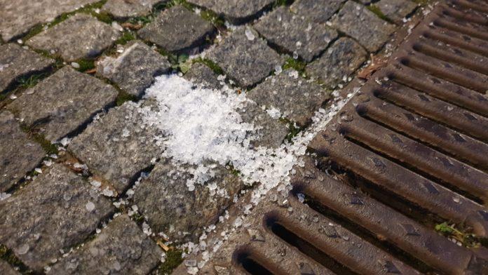 Der Einsatz von Streusalz ist an den allermeisten Orten aus Umweltschutzgründen verboten. Foto: Sascha von Gerishem