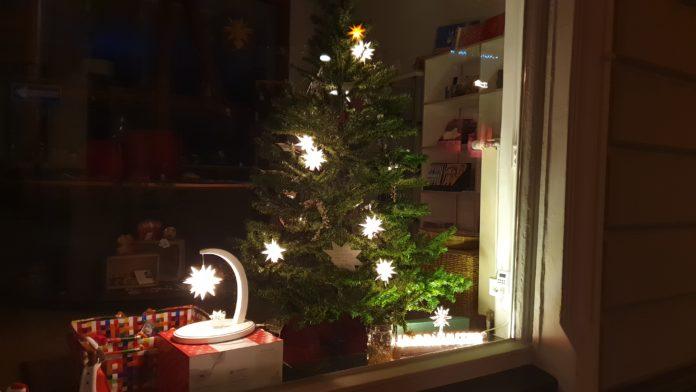 Bestellen: Lichterkette mit Herrnhuter Sternen für den Christbaum. Foto: Sascha von Gerishem