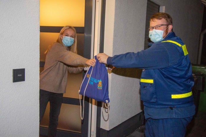 THW-Ortsjugendleiter Mathias Hubert übergibt Junghelferin Alina Rühl ein Geschenk. Foto: Elias El Ghorchi / THW OV Remscheid