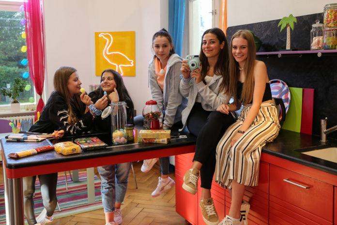 Luise, Anna, Toni, Feli und Alexa (v.l.n.r.) sind im Schloss angekommen und erkunden die vielen Räume. Bild: obs/ZDFneo/e+u TV