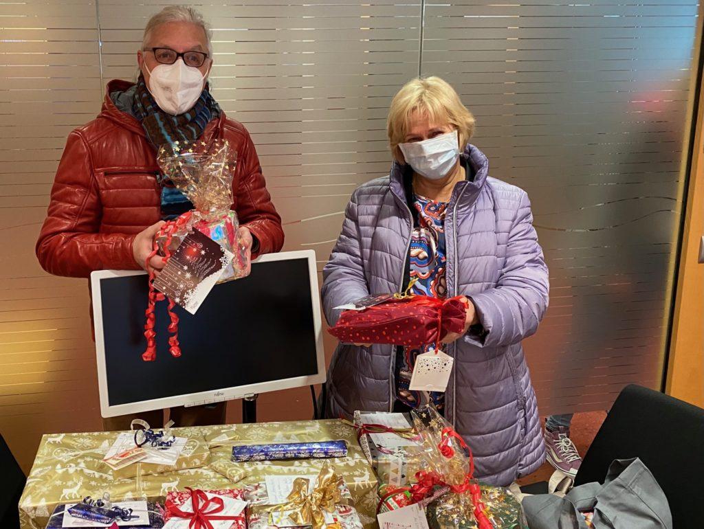 Auch Karl-Richard Ponsar (li.) konnte wieder zahlreiche Geschenke für den Kinderschutzbund Remscheid in Empfang nehmen. Foto: Lerose-Stiftung Remscheid
