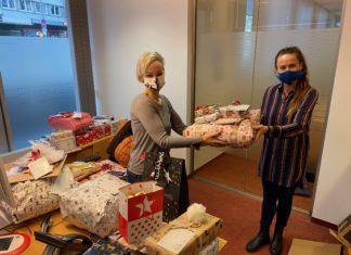 Tanja Münnekehoff (li.) überreicht die ersten Geschenke der Wunschbaumatkion... Foto: Lerose-Stiftung Remscheid